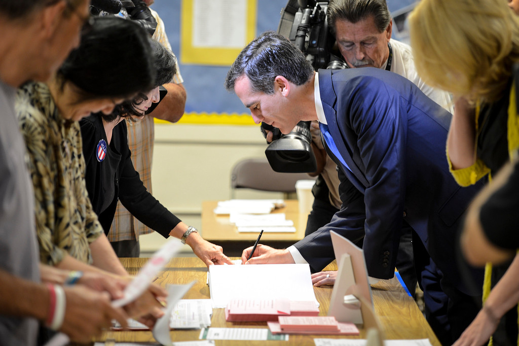 . Mayoral candidate Eric Garcetti signs in to vote at Allesandro Elementary school in Los Angeles early Tuesday morning.  Los Angeles residents will vote for a new mayor, Garcetti or Wendy Gruel in the citywide election.  Photo by David Crane/Staff Photographer