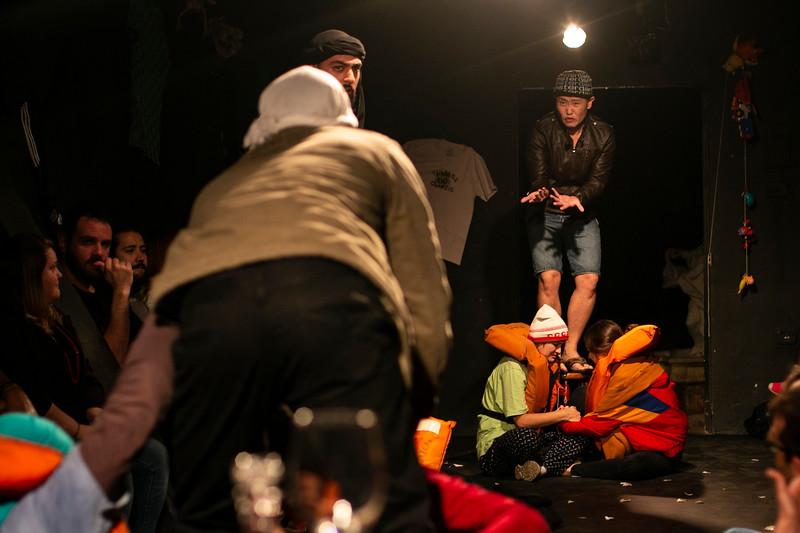 Allan Bravos - Fotografia de Teatro - Indac - Migraaaantes-195.jpg