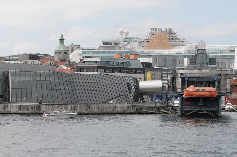 Das Ölmuseum vor der Skyline von Stavanger.