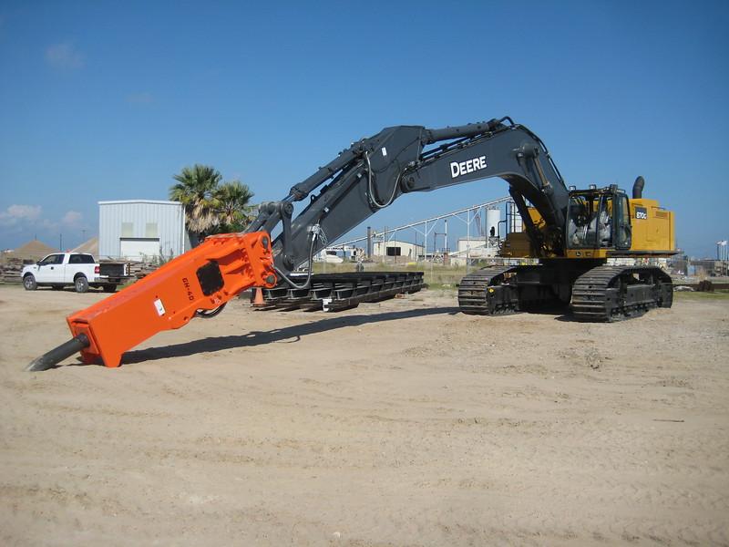 NPK GH40 hydraulic hammer on Deere 870G excavator (33).jpg