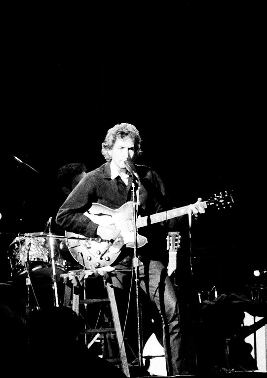 . Singer Bob Dylan performs during his first concert in eight years, in Chicago, Jan. 3, 1973. (AP Photo/Fred Jewell)