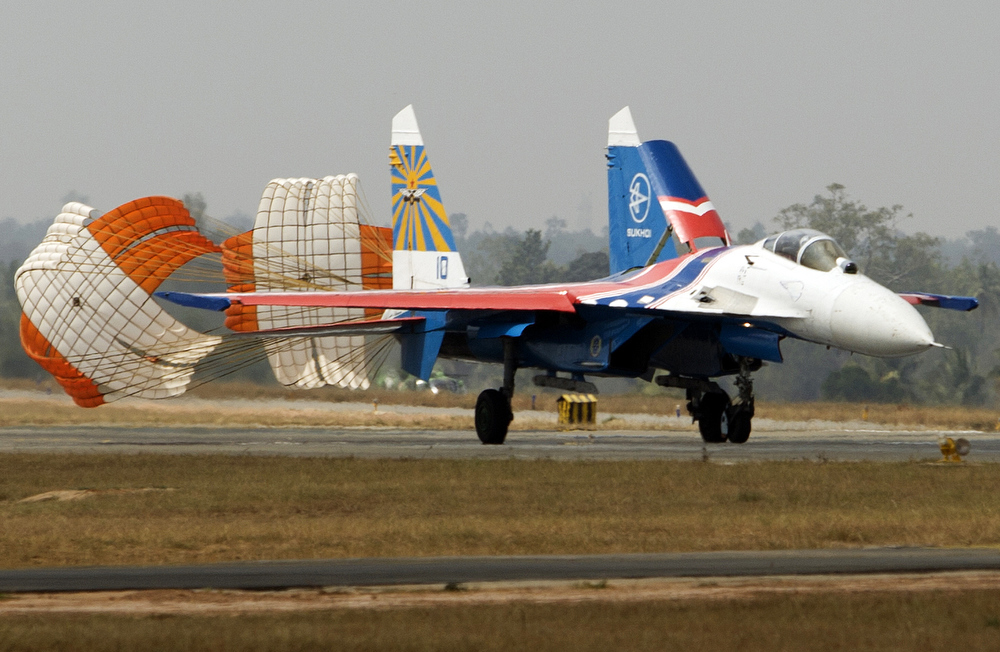 Description of . A Russian SU 27 lands during  the 9th Edition of the Aero India show at Yelahanka Air Base in Bangalore on February 8, 2013.   India, the world's leading importer of weaponry, is hosting one of Asia's biggest aviation trade shows with Western suppliers eyeing lucrative deals and a Chinese delegation attending for the first time.  AFP PHOTO/MINISTRY OF DEFENCE