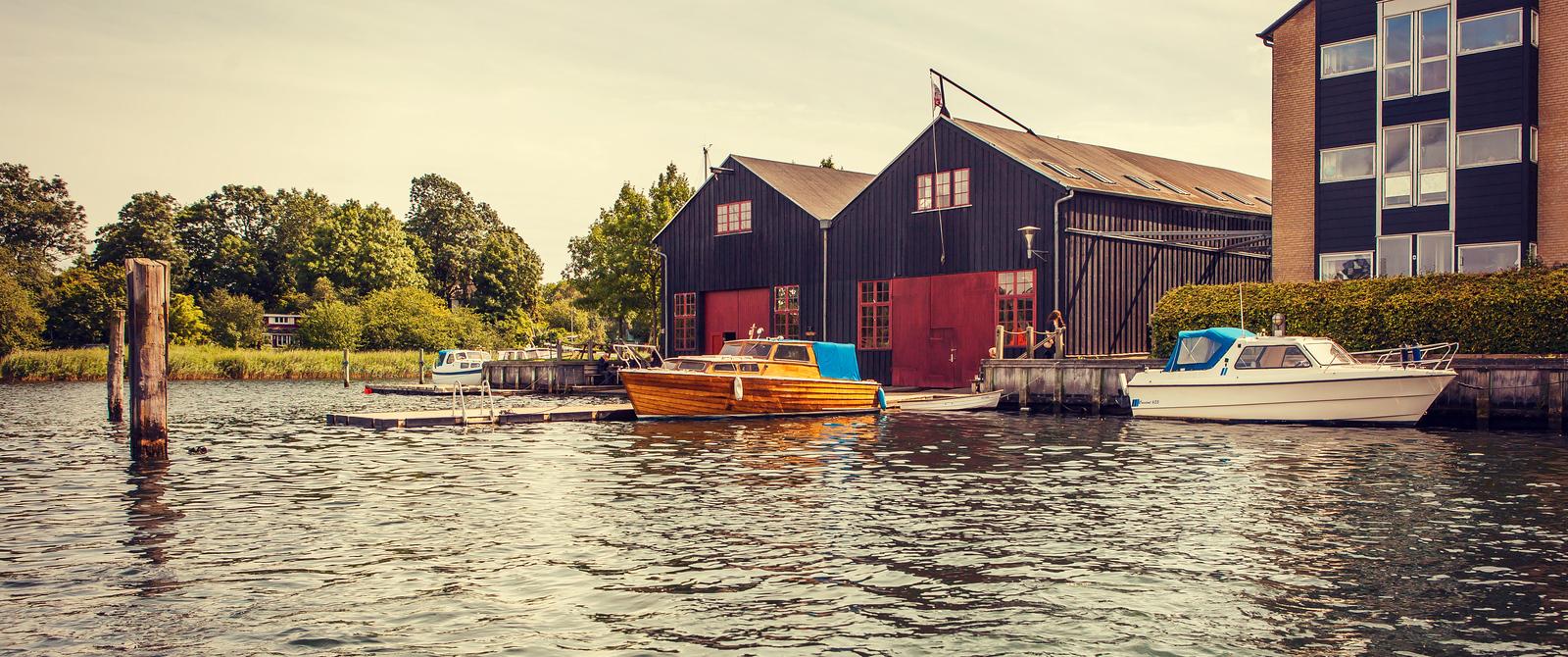 丹麦哥本哈根,水中岸边一起看