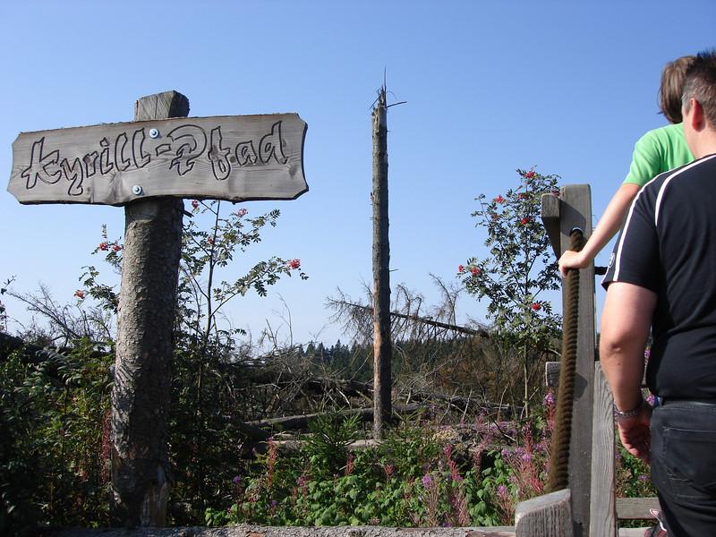 """... is een ca. 300 m lang """"Kyrillpad"""", aangelegd door bosbouwdeskundigen als herinnering aan de nachtelijke storm van 18/01/2007 ..."""