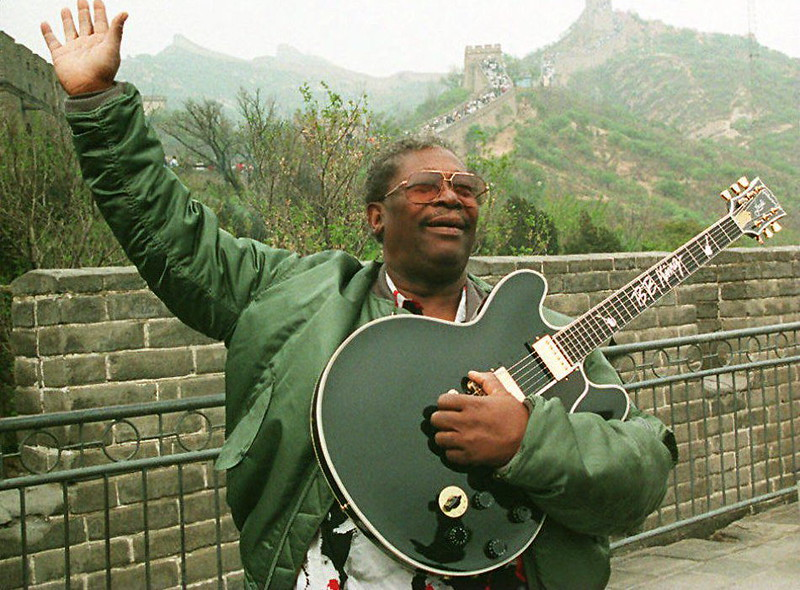 . US blues music guitarist B.B. King appears during a tour at the Great Wall, 14 May 1994, in Beijing.  (MANUEL CENETA/AFP/Getty Images)