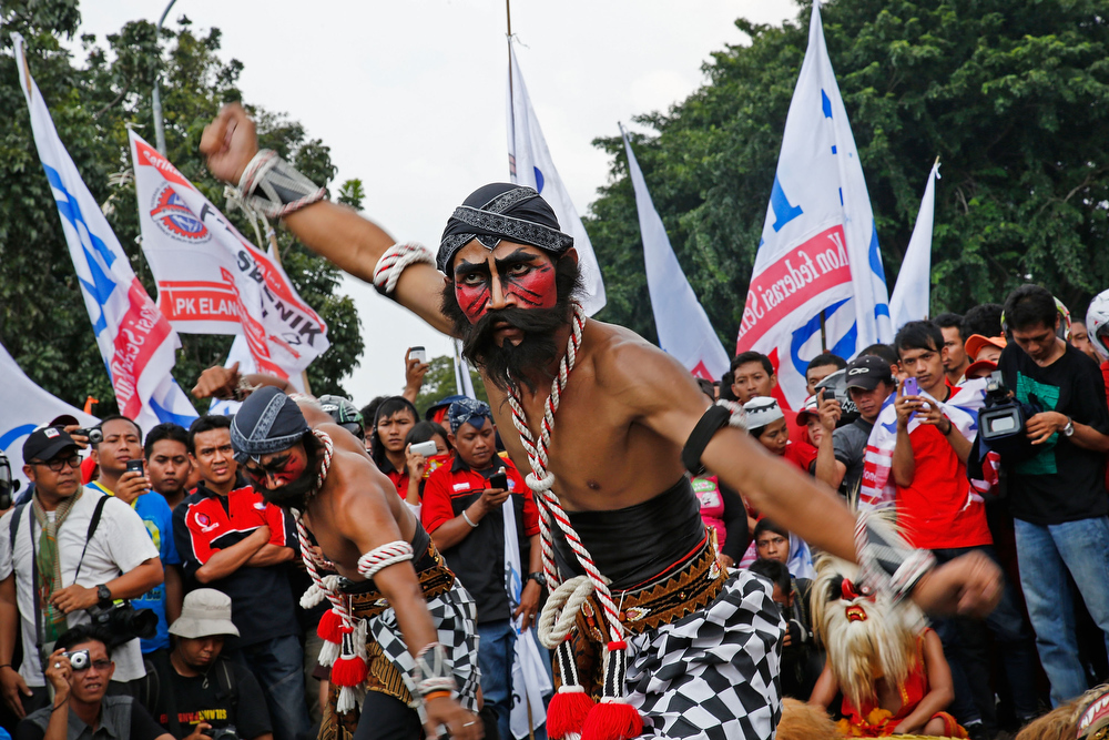 . Traditional Javanese dancers perform in front of the Presidential Palace during a labor demonstration on May 1, 2013 in Jakarta, Indonesia.  Tens of thousands of workers and labor activists marched through Jakarta\'s central business district, demanding the implementation of higher minimum wages and better working conditions.  (Photo by Ed Wray/Getty Images)