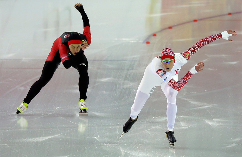 . China\'s Zang Hong, left, and Russia\'s Yekaterina Lobysheva compete in the first heat of the women\'s 500-meter speed skating race at the Adler Arena Skating Center during the 2014 Winter Olympics, Tuesday, Feb. 11, 2014, in Sochi, Russia. (AP Photo/David J. Phillip )