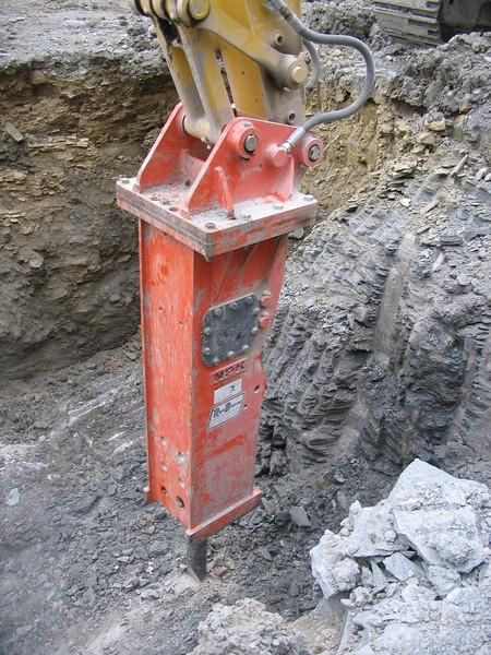 NPK GH23 hydraulic hammer on Komatsu excavator (5).JPG