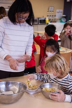 Grade 1 - Making Onigiri for the Chiku Center