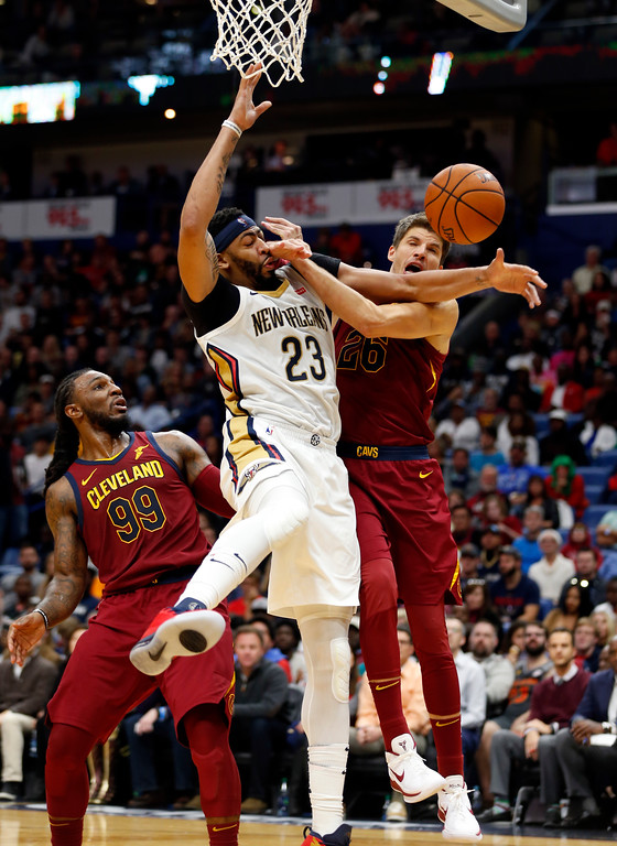 . New Orleans Pelicans forward Anthony Davis (23) battles between Cleveland Cavaliers guard Kyle Korver (26) and forward Jae Crowder (99) in the second half of an NBA basketball game in New Orleans, Saturday, Oct. 28, 2017. The Pelicans won 123-101. (AP Photo/Gerald Herbert)