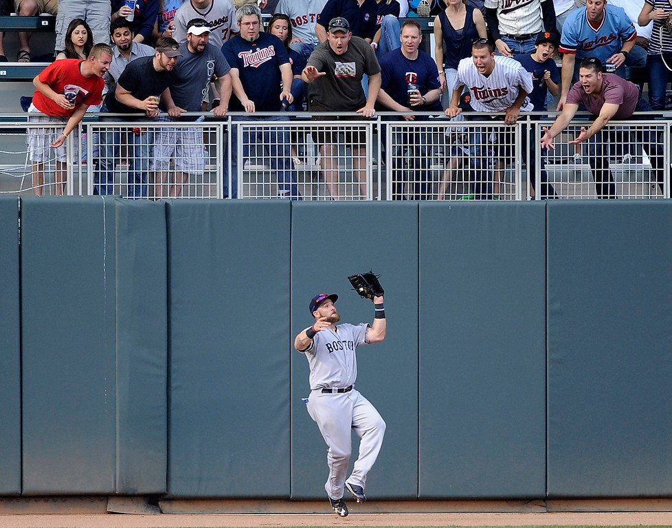 . Jonny Gomes of the Boston Red Sox makes a catch on the warning track in left field during the fourth inning. (Photo by Hannah Foslien/Getty Images)