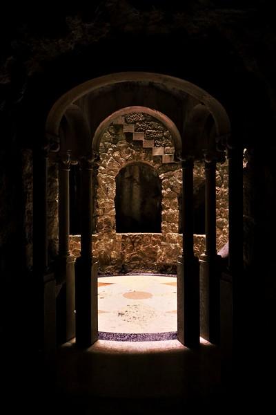 Příchod tunelem ke větší a honosnější ze dvou studní, takzvané Iniciační studni. Někdy je také nazývána podzemní věží, což je poměrně výstižný popis. Celé místo bylo údajně používáno k jakýmsi mystickým a tarotovým rituálům a jeho architektura v sobě ukrývá spoustu tajných významů - v tom smyslu, že tu prakticky nic není rozmístěné náhodně, všechno má nějaký svůj smysl - počty schodů, rozteče oken a tak podobně.