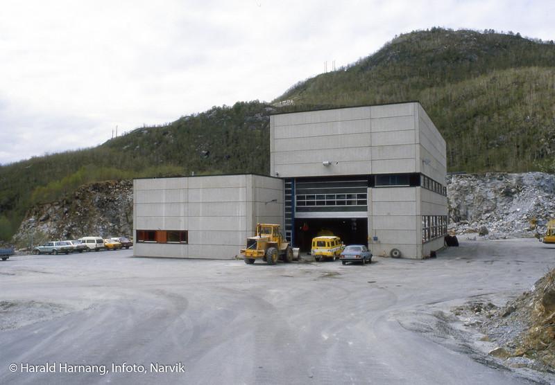 Bilde i serie fra Kjøpsvik i Tysfjord kommune. Norcem, trolig grovknuser.
