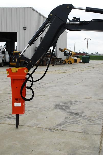 NPK PH2 hydraulic hammer with enviro bracket on Deere mini excavator (16).JPG