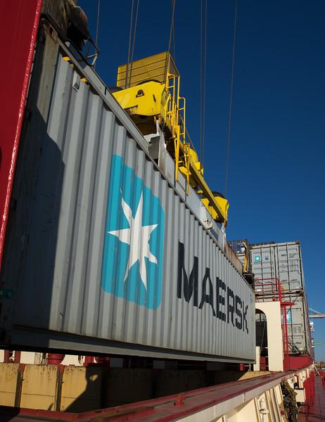 Auf Containerschiff bei der Verladung an der Containerbrücke in Finnland