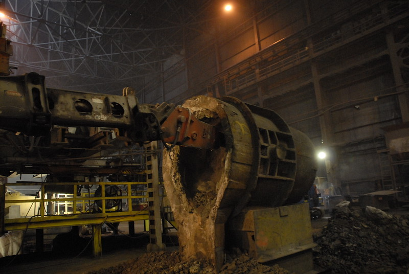 NPK GH4 hydraulic hammer deskulling slag pot in steel mill(4).JPG
