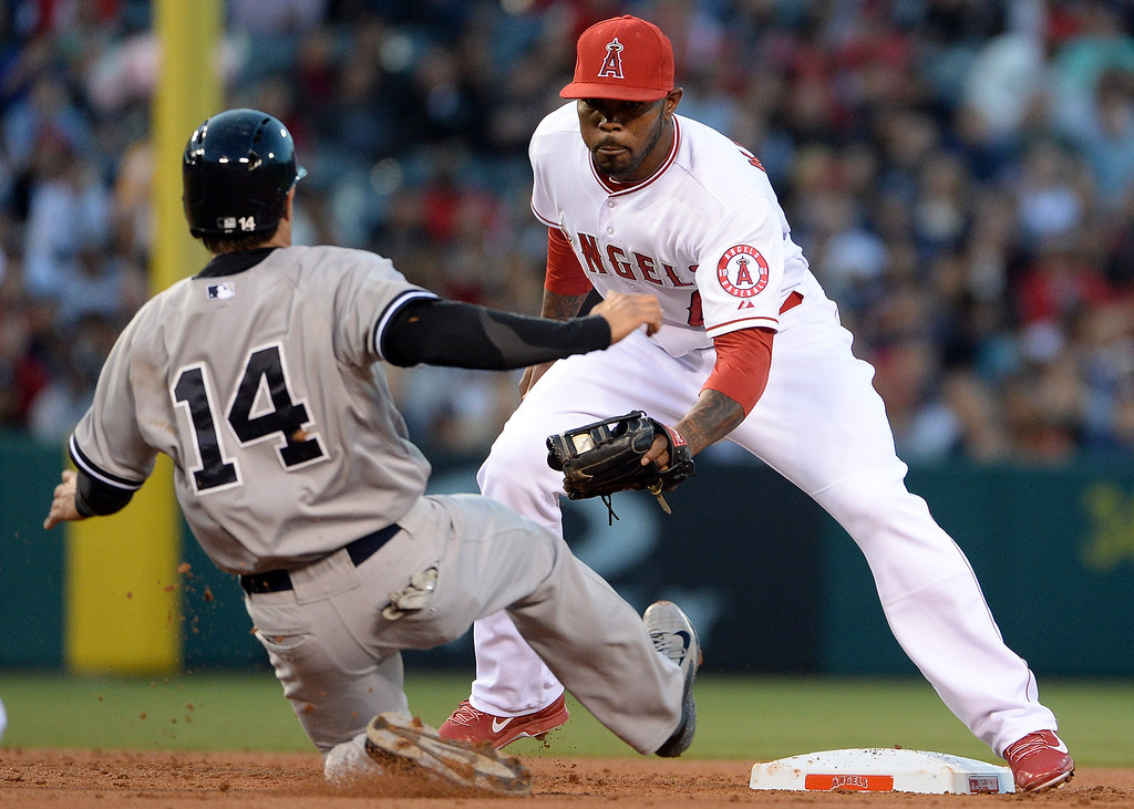 . Los Angeles Angels second baseman Howie Kendrick tags out New York Yankees\' Brian Roberts (14) on a pick-off play in the first inning of a baseball game at Anaheim Stadium in Anaheim, Calif., on Wednesday, May 7, 2014.  (Keith Birmingham Pasadena Star-News)