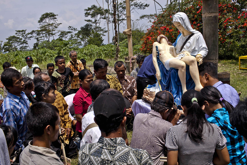 . Indonesian catholics kisses a statue of Jesus during the re-enactment of the crucifixion of Jesus Christ on Good Friday on March 29, 2013 in Magelang, Central Java, Indonesia. Catholics make up approximately 3% of the population of the predominantly Muslim country.  (Photo by Ulet Ifansasti/Getty Images)