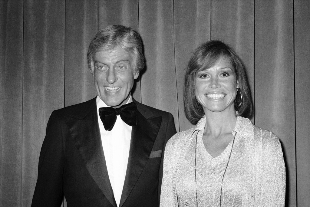 . Mary Tyler Moore and Dick Van Dyke , March 8, 1977 at the International Radio and TV Society Dinner honoring John A. Schneider, President of CBS. (AP Photo/Norcia)