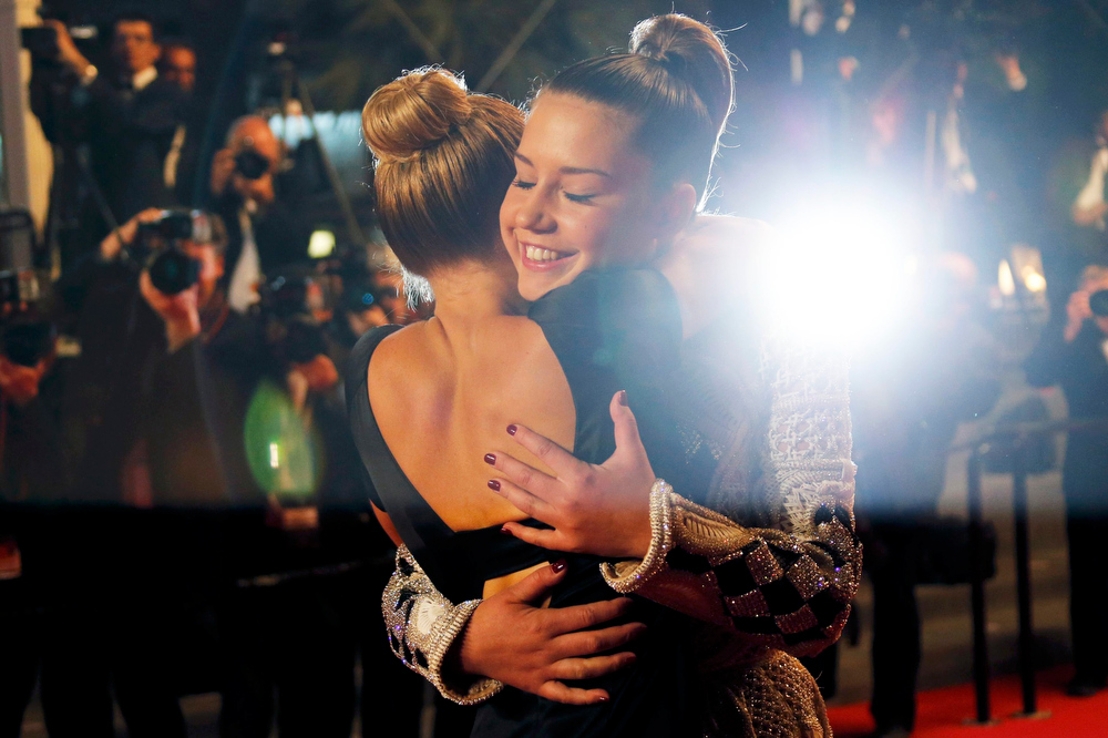 ". Cast member Lea Seydoux (L) kisses cast member Adele Exarchopoulos as they pose on the red carpet arriving for the screening of the film ""La Vie D\'Adele\"" in competition during the 66th Cannes Film Festival in Cannes May 23, 2013.               REUTERS/Regis Duvignau"