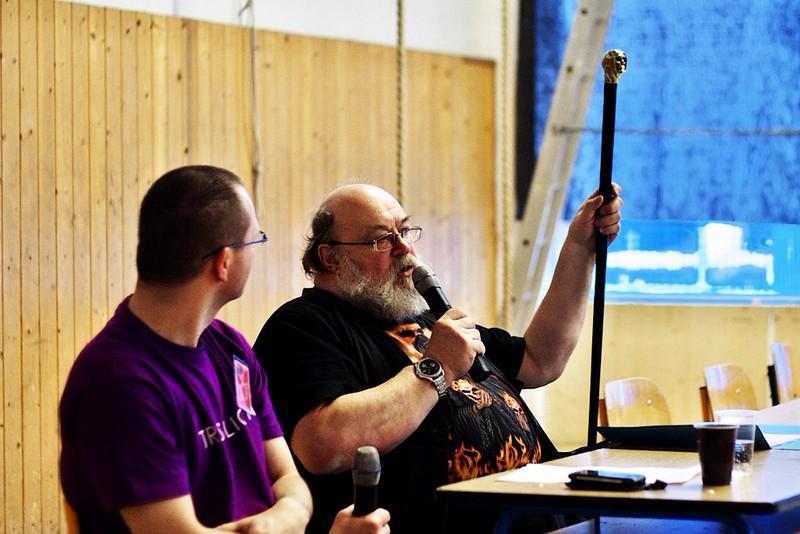 Jan Kantůrek předvádí svou vycházkovou hůl, která existuje jen ve třech kusech a jeden z nich vlastní sám Terry Pratchett.