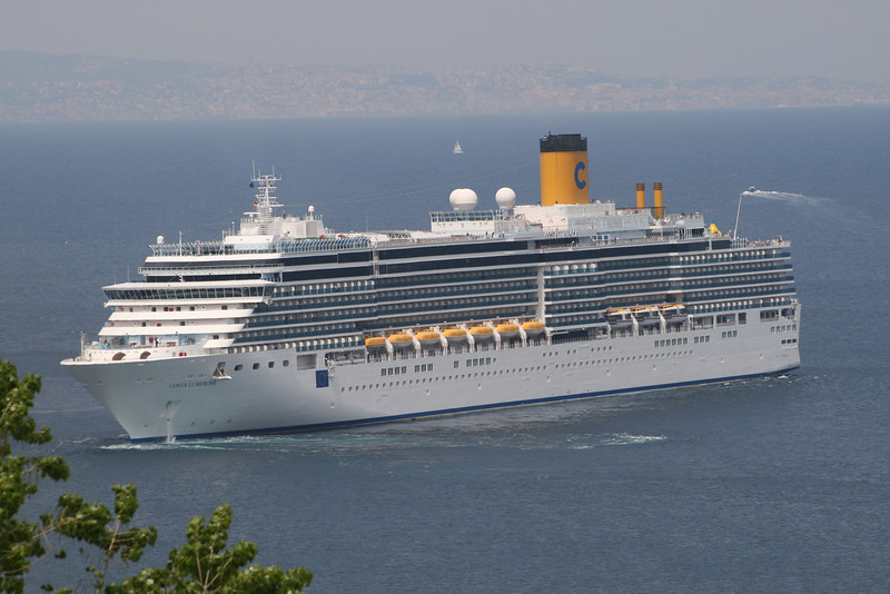 2011 - M/S COSTA LUMINOSA : the largest cruise ship that has ever stopped offshore Capri.