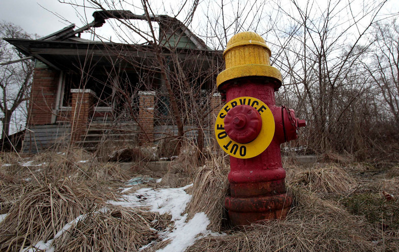 """. A fire hydrant is seen with an \""""Out of Service\"""" sign on a blighted street on the east side of Detroit, Michigan March 22, 2013.  When the state-imposed manager of Detroit, Kevyn Orr, begins the job on Monday he will wade into a city of crumbling neighborhoods where police fail to respond to some calls, arson fires burn out of control, and residents scour charred buildings for scrap metal to sell. Picture taken March 22, 2013.  REUTERS/ Rebecca Cook"""