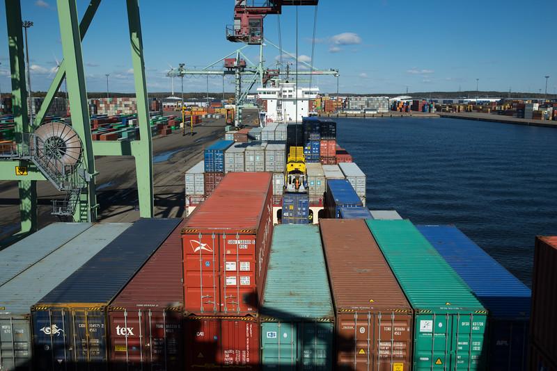 Containerschiff und Containerbrücke Kotka Finnland