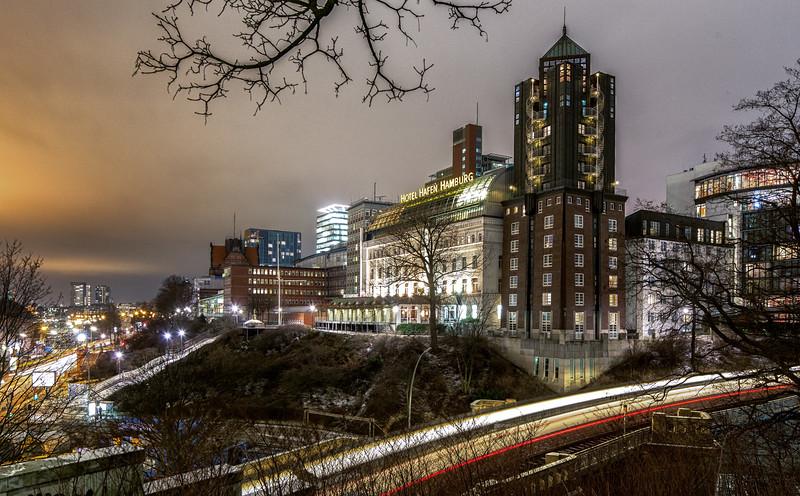 Hotel Hafen Hamburg und Hochbahn bei Nacht