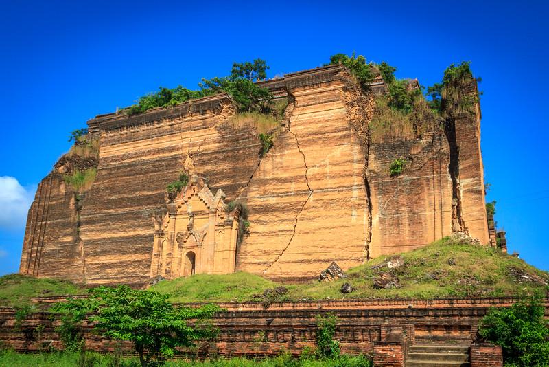 Mingun Pahtodawgyi Pagoda (The Unfinished Stupa)