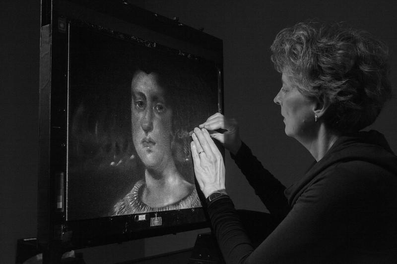 1- Michèle Lemieux dessinant sur l'écran d'épingles