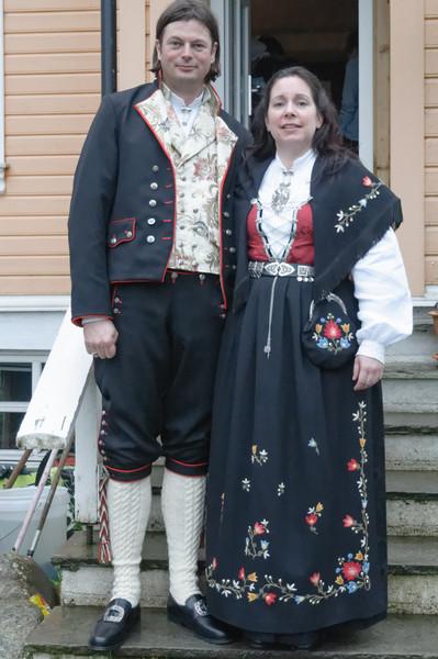 Annette und Christof haben sich für den Anlass richtig fein gemacht. Das ist eine richtige lokale Tracht.