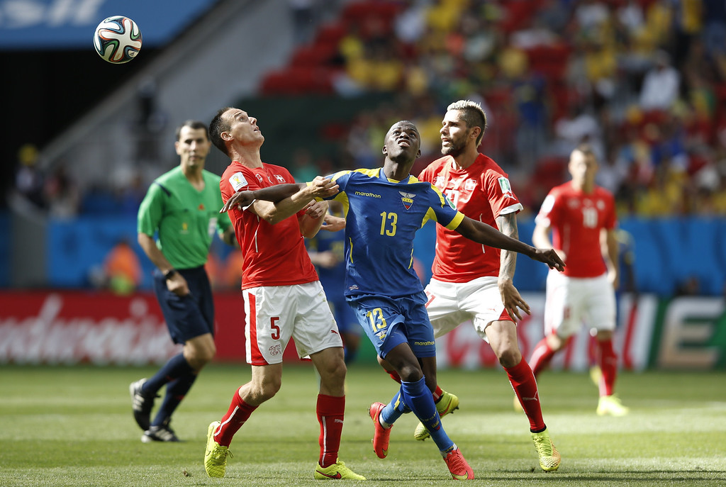 . Switzerland\'s defender Steve von Bergen (L) and Ecuador\'s forward Enner Valencia vie for the ball during a Group E football match between Switzerland and Ecuador at the Mane Garrincha National Stadium in Brasilia during the 2014 FIFA World Cup on June 15, 2014. AFP PHOTO / ADRIAN DENNIS