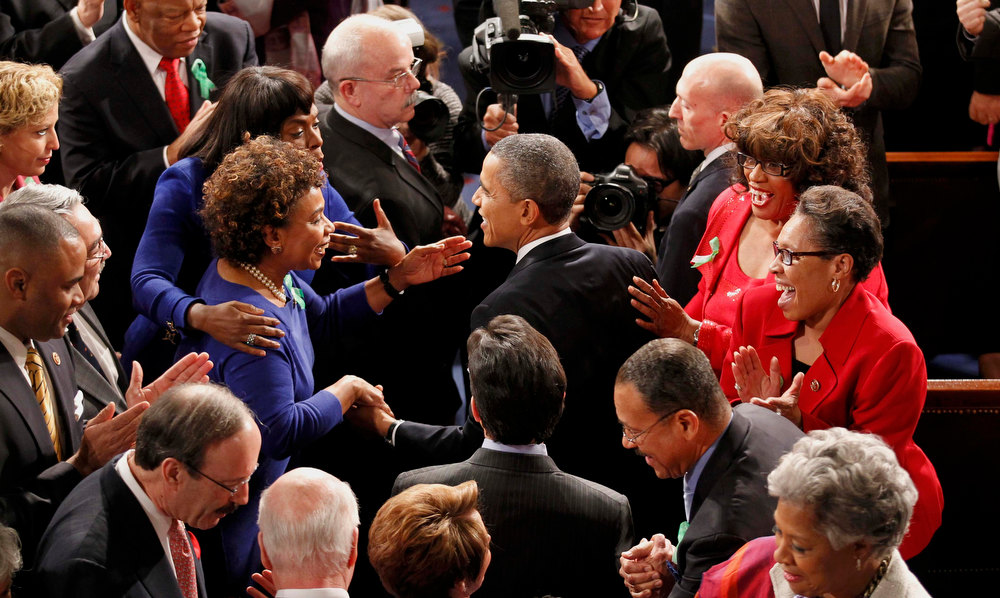 Description of . U.S. President Barack Obama (C) is greeted by members of Congress as he arrives to deliver his State of the Union Speech on Capitol Hill in Washington, February 12, 2013.   REUTERS/Jim Bourg