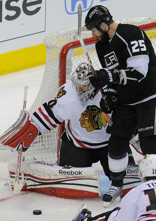. Blackhawks#50 Corey Crawford keeps Kings#25 Dustin Penner from getting a goal in the 3rd period. The Kings defeated the Chicago Blackhawks in the 3-1 in the 3rd game of the Western Conference Finals. Los Angeles, CA 6/4/2013(John McCoy/LA Daily News4