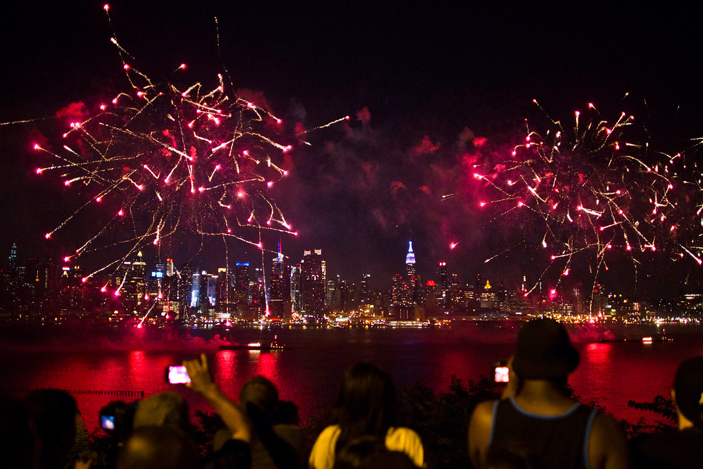 . People watch the fireworks erupt over the Hudson River, with the skyline of New York in the background, during the Macy\'s Independence Day celebration in Weehawken, New Jersey, July 4, 2013. REUTERS/Eduardo Munoz