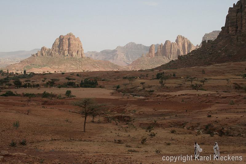 33.Achter de v-vormige kap in de rotskam, de vallei van Maryam Papaseyti.JPG