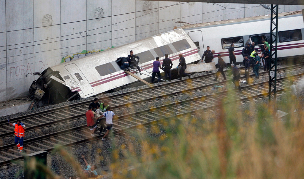 . Rescue workers pull victims from a train crash near Santiago de Compostela, northwestern Spain, July 24, 2013.   REUTERS/Oscar Corral