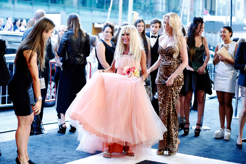 . Designer Betsey Johnson (C) arrives at the 2013 Council of Fashion Designers of America (CFDA) awards in New York June 3, 2013.  REUTERS/Lucas Jackson