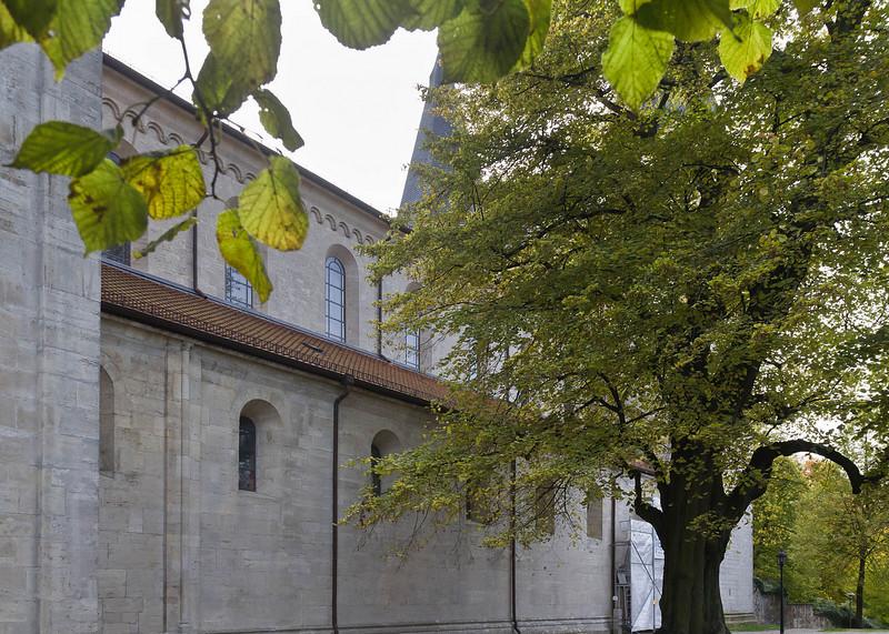 Königslutter, Dom: Nordseite mit Löwenportal hinter Planen