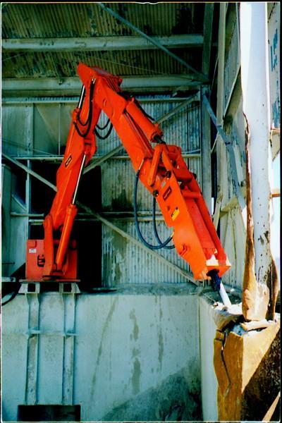 NPK B600 pedestal boom system with E series hammer-rock breaking indoors (3).JPG
