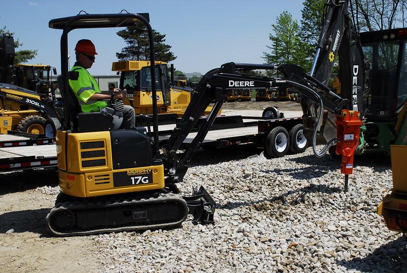 NPK PH07 hydraulic hammer on Deere mini excavator (55).JPG