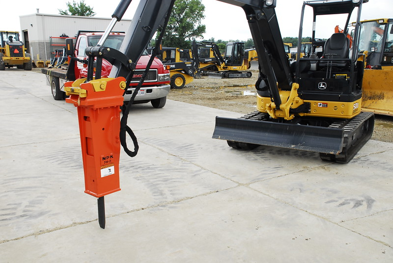 NPK PH2 hydraulic hammer with enviro bracket on Deere mini excavator (6).JPG