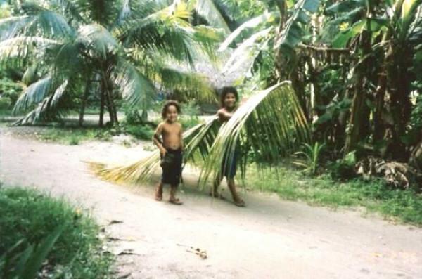 Woleai 1995-97:  Maura Fulton (Micro 62)