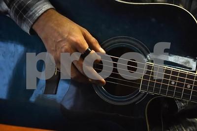 north-texas-army-veteran-uses-music-to-help-make-his-way