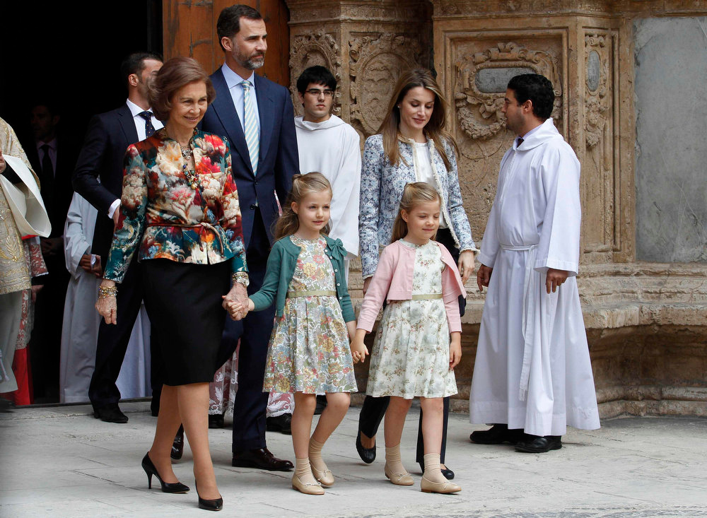 . Members of Spain\'s royal family (L-R) Queen Sofia, Crown Prince Felipe, his daughters Infantas Leonor and Sofia and Princess Letizia, leave Palma de Mallorca\'s cathedral after attending an Easter mass in Palma de Mallorca March 31, 2013.  REUTERS/Enrique Calvo