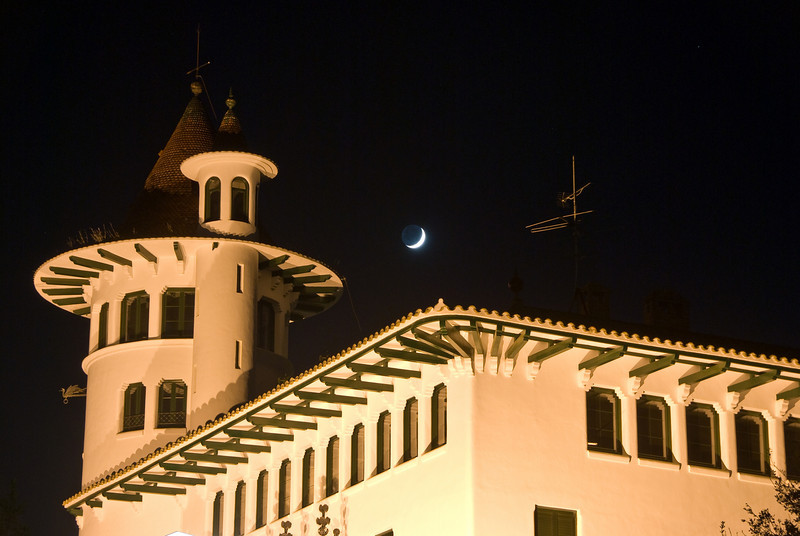 The moon over a building at the Codorníu Winery in Barcelona. (Dec 13, 2007, 06:27pm)