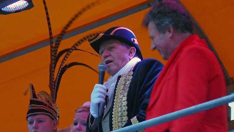 Ontluistering kabinet Jeugdprins met waarnemend burgemeester Wim Dijkstra