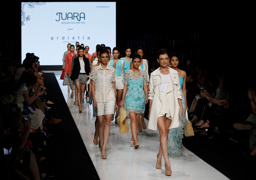 . Models display creations by Indonesian designer Ardistia during the Jakarta Fashion Week in Jakarta, Indonesia, Monday, Oct. 21, 2013. (AP Photo/Achmad Ibrahim)