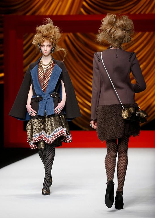 . Models display creations from Japanese designer Hiroko Koshino\'s 2014-2015 Autumn/Winter collection at the Tokyo Fashion Week  in Tokyo, Wednesday, March 19, 2014. (AP Photo/Shizuo Kambayashi)